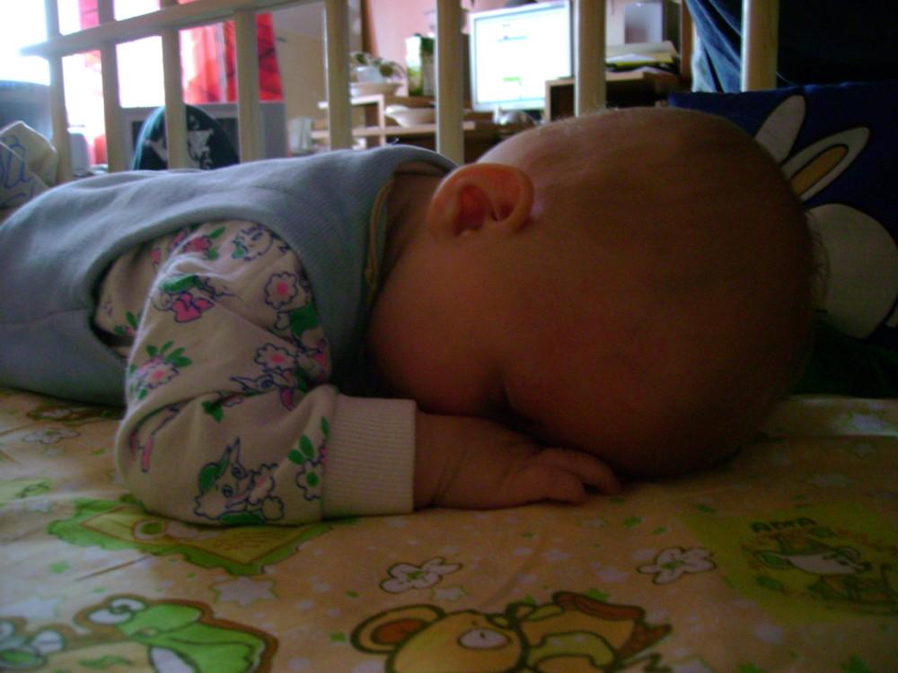 Ребенок 10 месяцев постоянно плачет во сне, при этом весь выгибается, корчится, кряхтит, напрягает животик и пукает, так продолжается уже больше 2 месяцев.